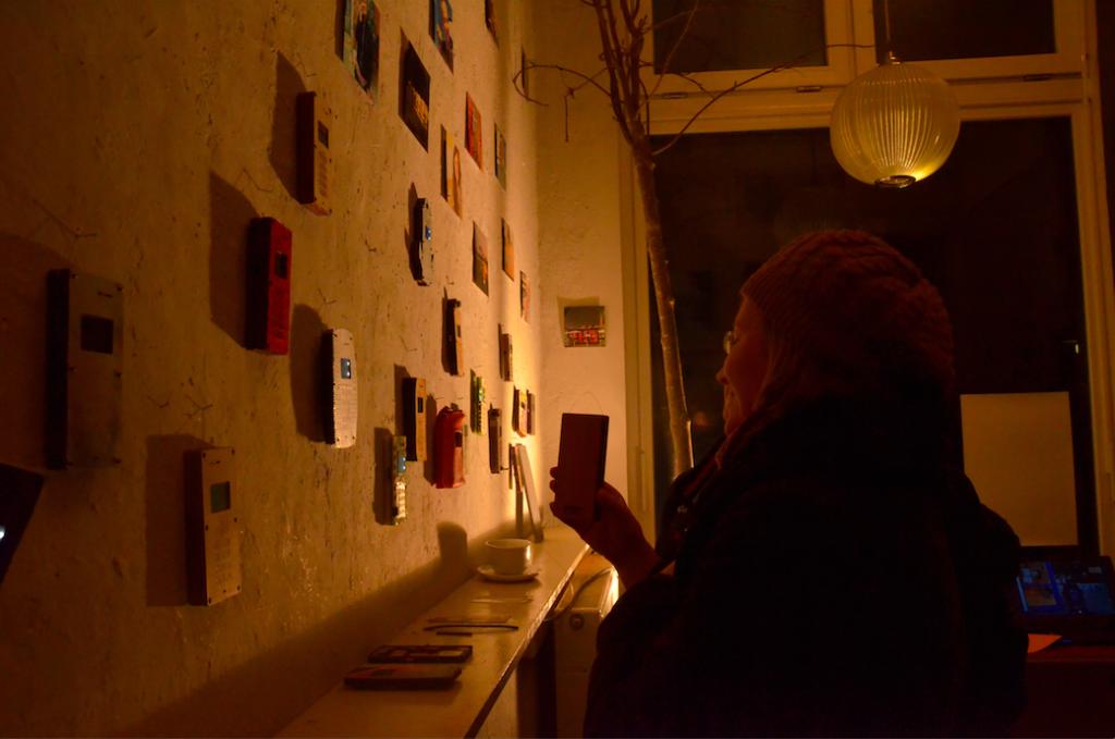 Besucher betrachten die Fábrica DIY-Cellphone Ausstellung im Art Store St. Pauli