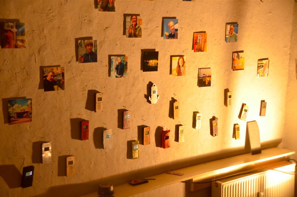eine ganze Menge DIY-Cellphones an der Wand