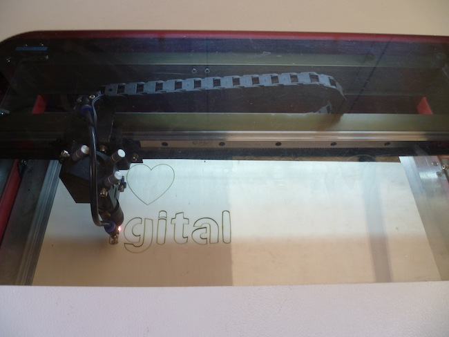 der Lasercutter bei der Arbeit an der Schablone