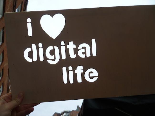 schablone mit i heart digital life schriftzug