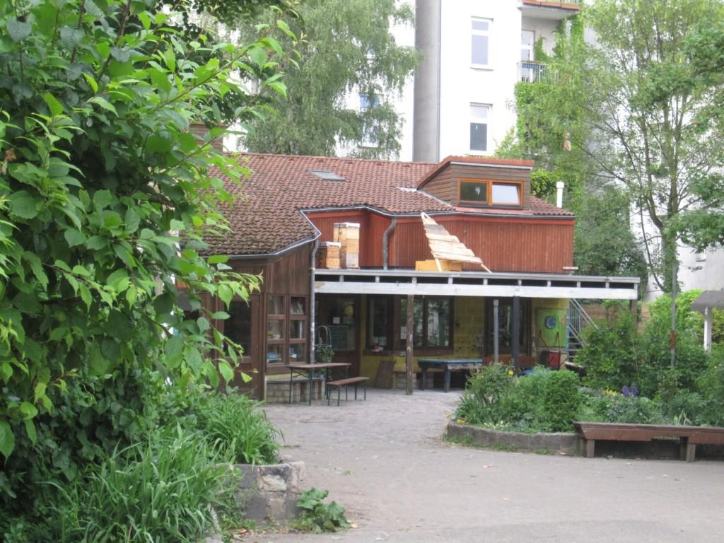 Das Holzhaus auf dem Abenteurspielplatz am Brunnenhof.