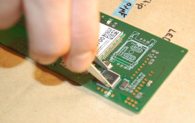 fabrica-dok-11_ATMEL-chip_aufsetzen