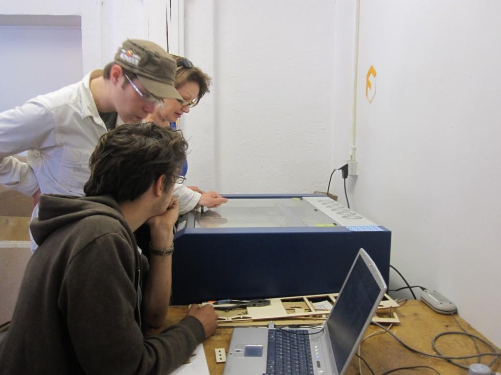 Gemeinsame Stencilproduktion am Lasercutter.